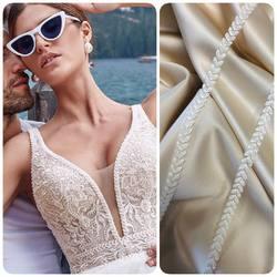 Piękna taśma wykończeniowa BR-14078 delikatnie zdobiona koralikami 💎 zapraszamy na www.scarlett.pl . Inspiracją jest suknia #la_petra_official  #lace #lacedresses #weddingdress #weddinginspirasi #bride #fabrics #laceweddingdresses #fashion #koronkislubne #tkaninyslubne #scarlett #warszawa