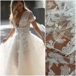 Piękny Haft na tiulu z odstającymi kwiatami zdobiony transparentnymi cekinami😍 kod: HT-97 dostępny na www.scarlett.pl 🛒 .  Inspiracją jest suknia z kolekcji PallasCouture❤️ #lace #weddingdress #weddinginspiration #lacefabric #laceweddingdress #koronkislubne #tkaninyslubne #koronka #haftnatiulu